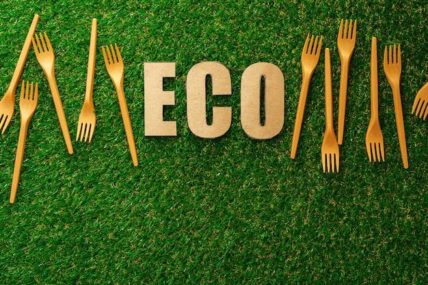 Einweggeschirrgabeln ohne abfall auf grüner oberfläche