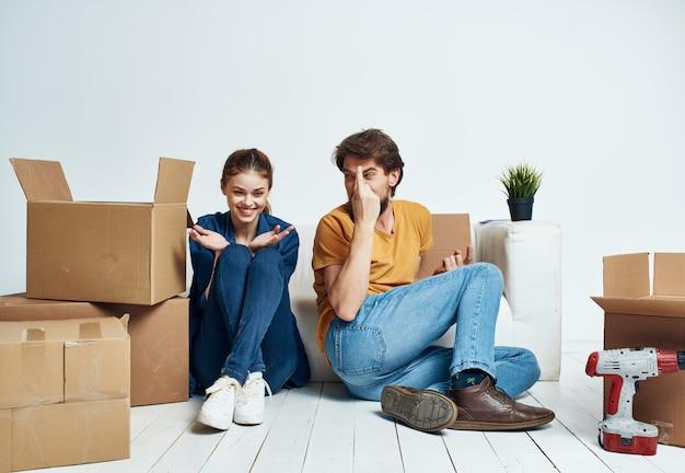Einweihungsboxen für mann und frau mit sachen lifestyle-umzug