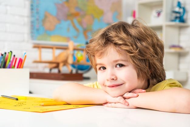 Einzelnachhilfe wenig bereit, bildung zu studieren kleiner studentenjunge glücklich mit einer hervorragenden note