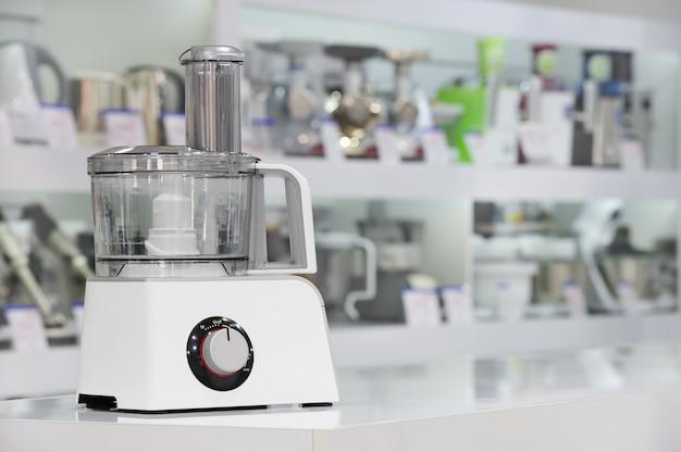 Einzelne elektrische küchenmaschine im einzelhandelsgeschäft