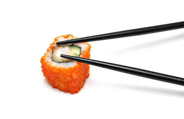 Einzelne japanische sushi-rolle und stäbchen