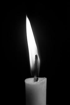 Einzelne kerze im dunkeln
