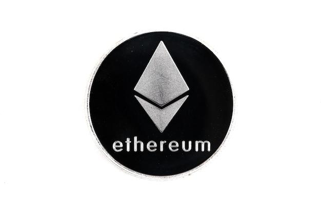 Einzelne münze der kryptowährung. silbernes ethereum lokalisiert auf weißem hintergrund.