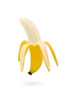 Einzelne reife organische cavendish-banane, die auf weißem lokalisiertem hintergrund mit beschneidungspfad geschält wird.