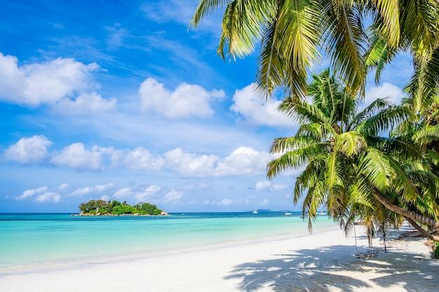 Einzelne tropische insel mit blauem himmel und türkisfarbenem wasser, seychellen