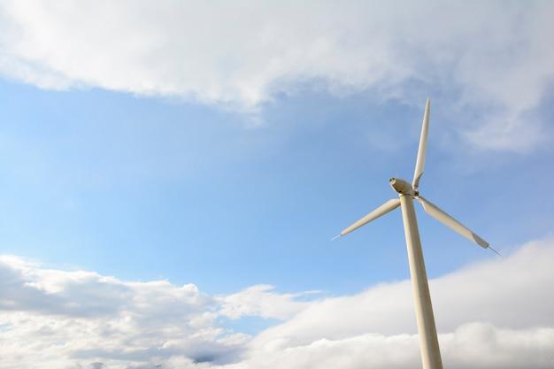 Einzelne windmühle vor bewölktem himmel