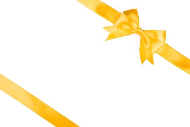 Einzelner geschenkbogen, goldener satin, mit auf weiß isolierten kreuzbändern