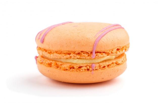 Einzelner orange macaron oder makronenkuchen lokalisiert auf weißem hintergrund