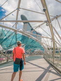 Einzelner tourist auf helixbrücke in marina bay, singapur