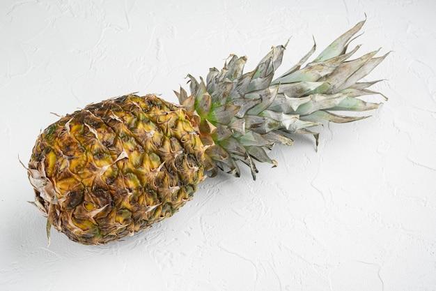 Einzelnes ganzes ananas-set auf weißem steintisch