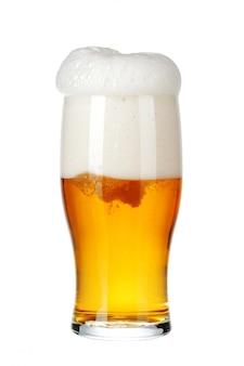 Einzelnes glas bier nah oben auf weißem hintergrund