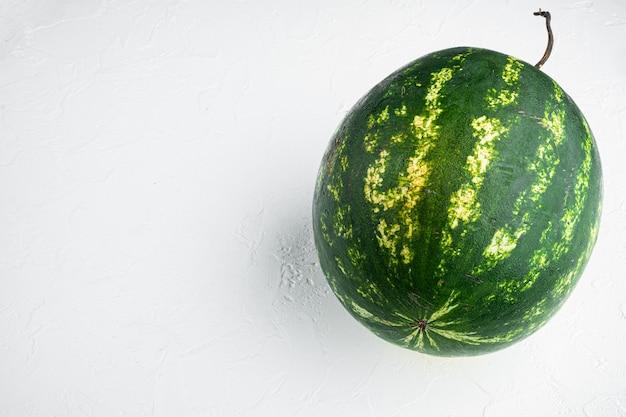 Einzelnes wassermelonen-set, auf weißem steintisch