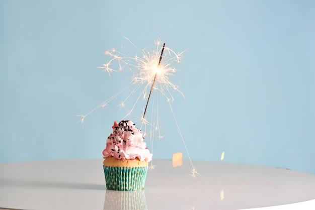 Einzelwunderkerze auf cupcake blue wal