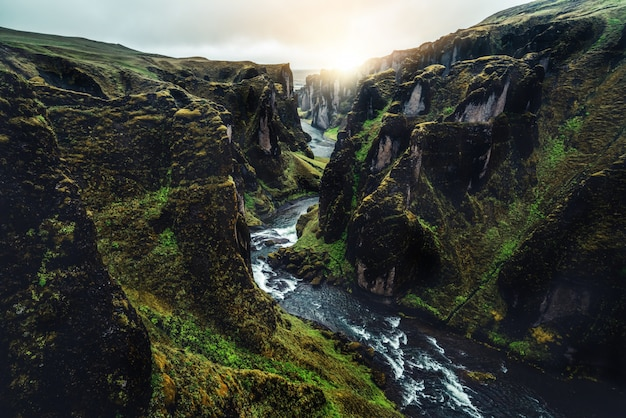 Einzigartige landschaft von fjadrargljufur in island.