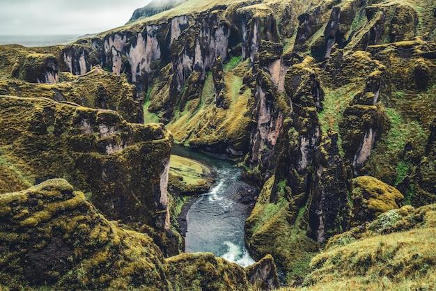 Einzigartige landschaft von fjadrargljufur in island