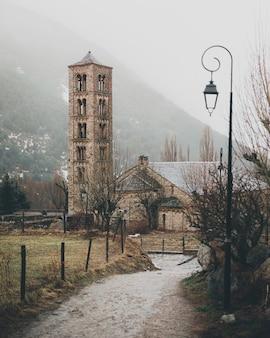 Einzigartiger glockenturm der römischen kirche