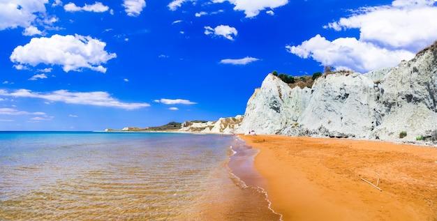 Einzigartiger schöner xi strand mit orange sand in kefalonia (kefalonia) insel, griechenland