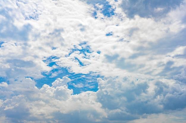 Einzigartiger wolkenstil am offenen himmel für den hintergrund.