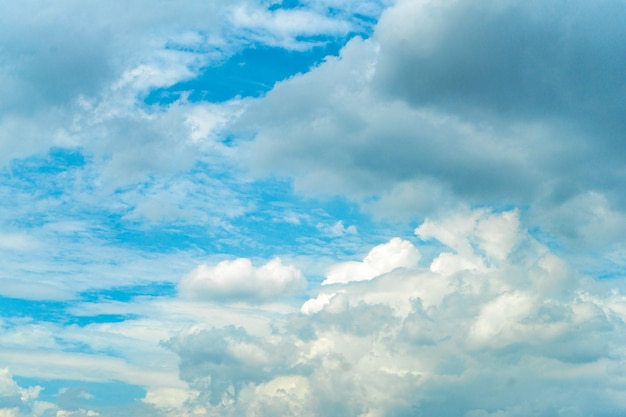 Einzigartiger wolkenstil auf dem offenen himmel für hintergrund.