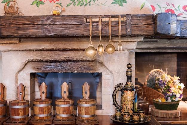 Einzigartiges interieur eines ethnischen restaurants. traditionelles design. ukrainischer ländlicher stil und dekorationen