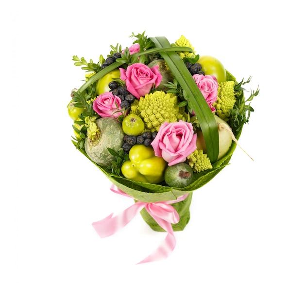 Einzigartiges vegetarisches gemüsebouquet bestehend aus grünem paprika, kohl, rübe und verziert mit rosen, lokalisiert auf einem weißen hintergrund