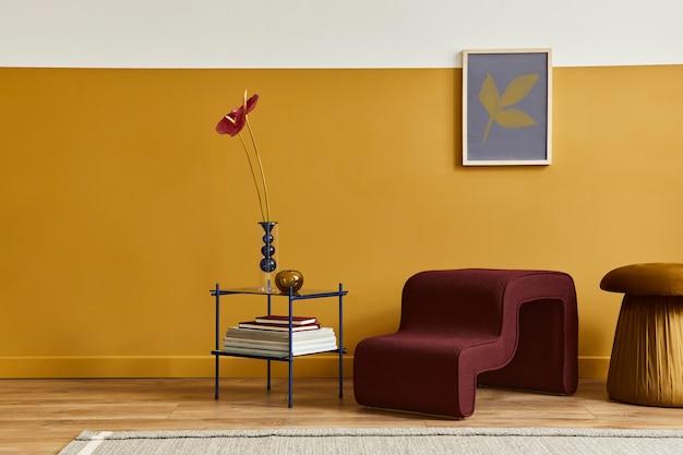 Einzigartiges wohnzimmer im modernen stil mit designhocker, elegantem couchtisch, rahmen, blumen in vase