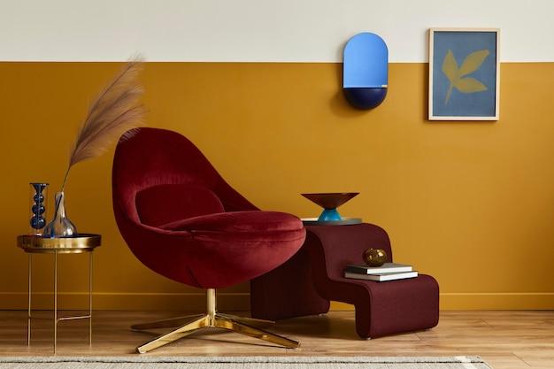 Einzigartiges wohnzimmer in modernem interieur mit posterrahmen, rotem samtsessel, eleganten möbeln, dekoration und pesronalen accessoires in wohnkultur