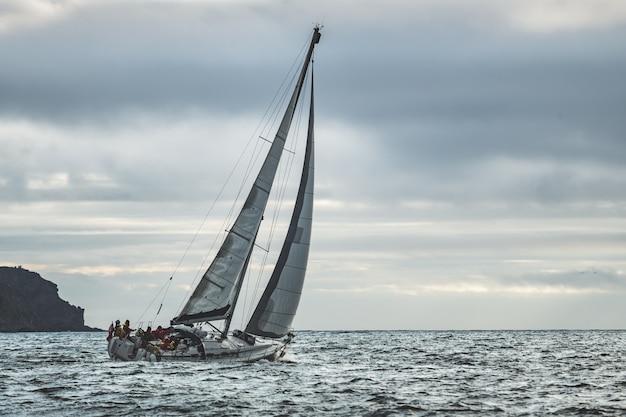 Einziges yachtsegeln der nahaufnahme im meer. irland.