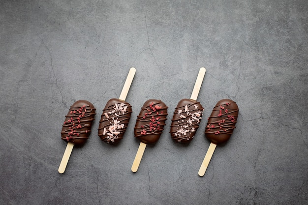 Eis am stiel-kuchen am stiel auf grauem hintergrund süßigkeiten für party konzept essen urlaub