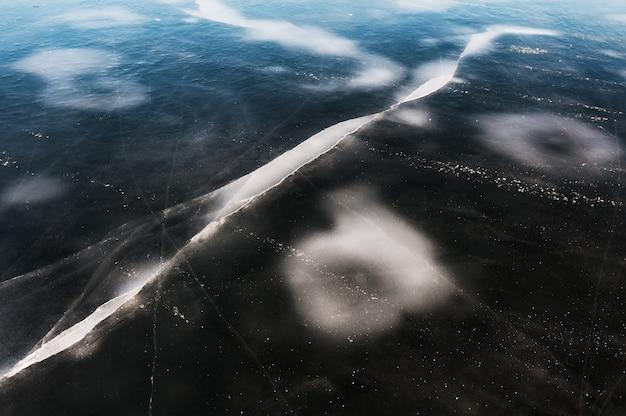 Eis auf dem zugefrorenen see hautnah. schöne winternatur