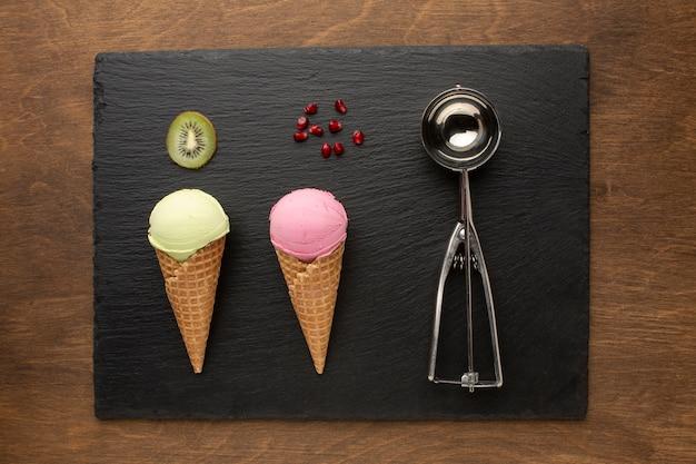 Eis auf kegel mit früchten