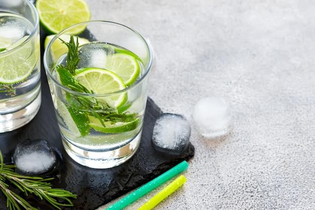 Eis-cocktail mit kalk und rosmarin, kopienraum