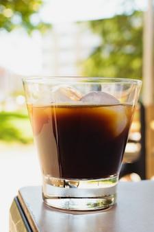 Eis espresso. kaffee auf den felsen