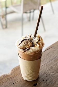 Eis frappe kaffee belag mit eis auf holztisch