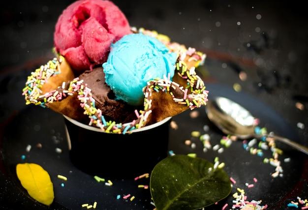 Eis in der waffel mit süßigkeiten