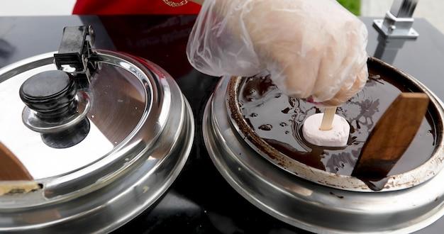 Eis in schokolade getaucht