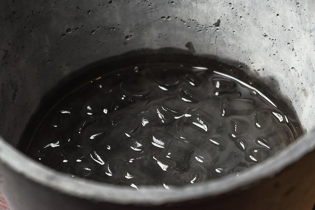 Eis in wasser in einem betonkübel