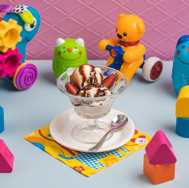 Eis mit erdbeere auf dem tisch