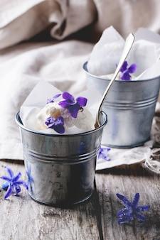 Eis mit gezuckerten veilchen