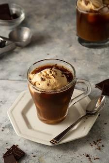 Eis mit kaffee in der glasschale. kaffee affogato-getränk.