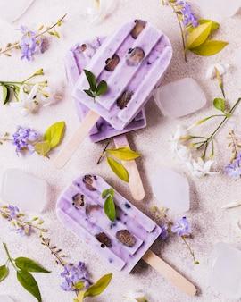 Eis mit lila geschmack auf stangen