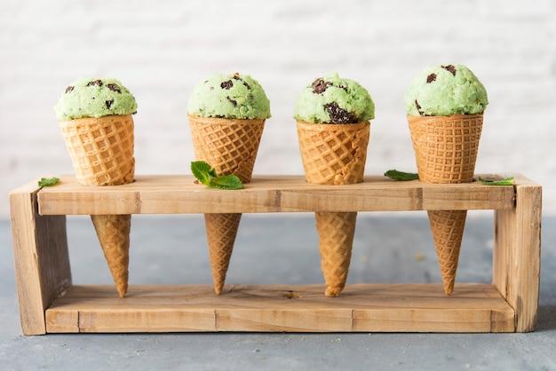 Eis mit minze und schokoladenstückchen
