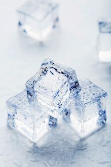 Eis mit schmelzwassertropfen nahaufnahme auf einem weißen hintergrund