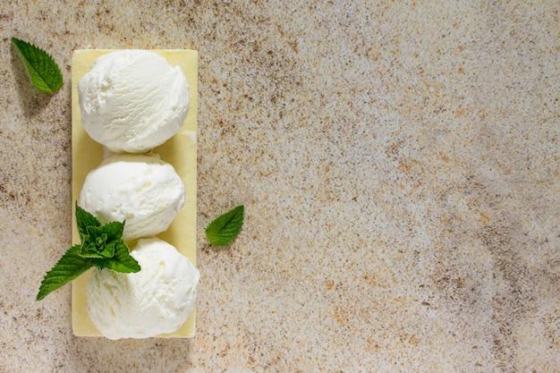 Eis mit vanille in form einer kugel