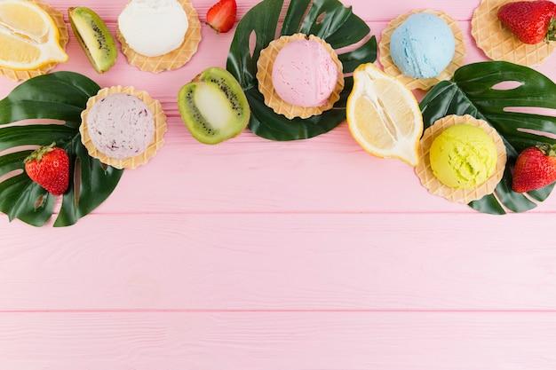 Eis, waffeln und exotische früchte