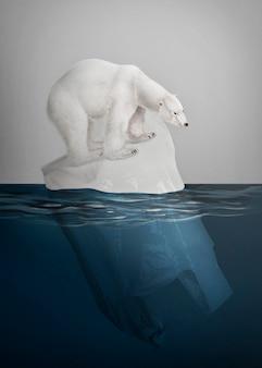 Eisbär, der auf einer kampagne zum aussterben von schmelzenden eisbergen steht