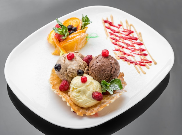 Eisbecher, waffeltüte und geschnittene erdbeere