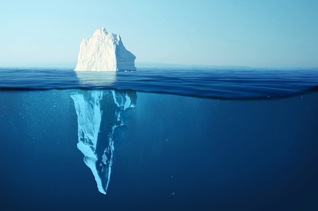 Eisberg im klaren blauen wasser und versteckte gefahr unter wasser. eisberg - konzept der versteckten gefahr und der globalen erwärmung. schwimmendes eis im ozean. copyspace für text und design