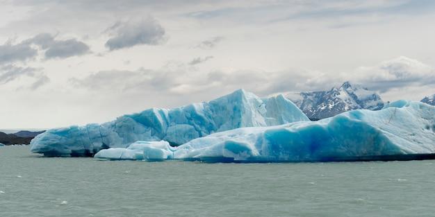 Eisberge im see, lago argentino, los glaciares nationalpark, provinz santa cruz, patagonien, argen