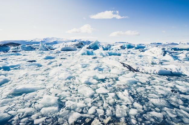 Eisberge schwimmen in der jokulsarlon-gletscherlagune